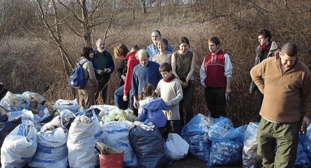 une photo de 10 personnes qui font une action de nettoyage