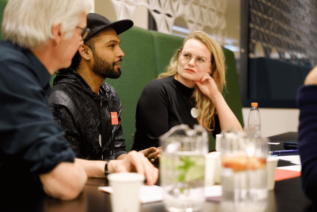 burgers bespreken topics rond te tafel