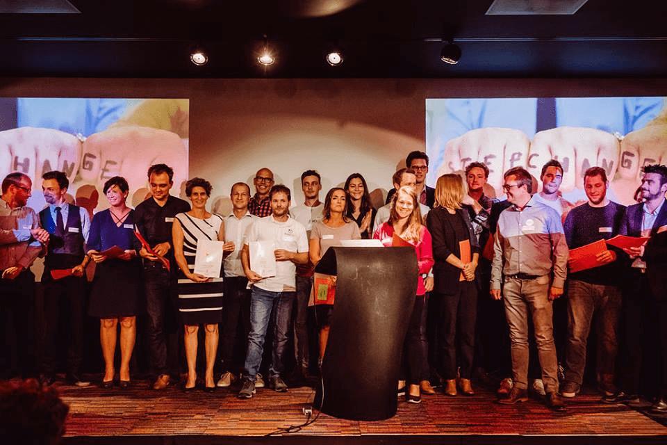 foto op podium van alle afgestudeerden van The Birdhouse