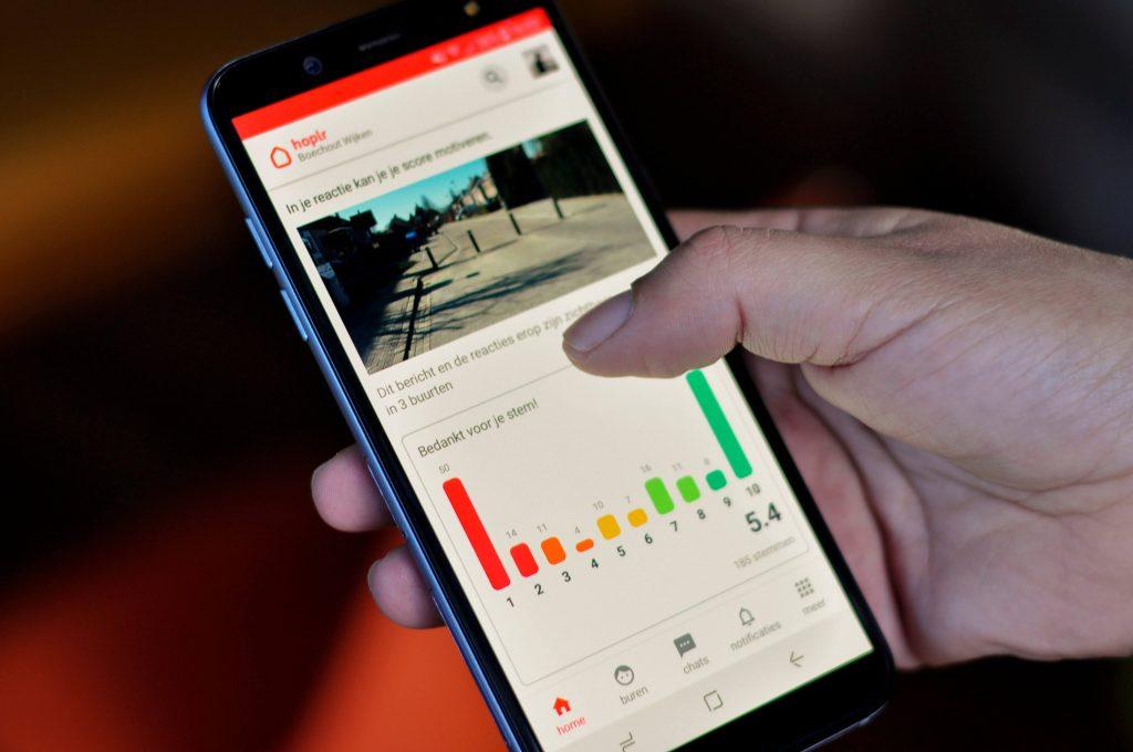 poll op een smartphone, de stemmen zijn verdeeld tussen voor en tegen