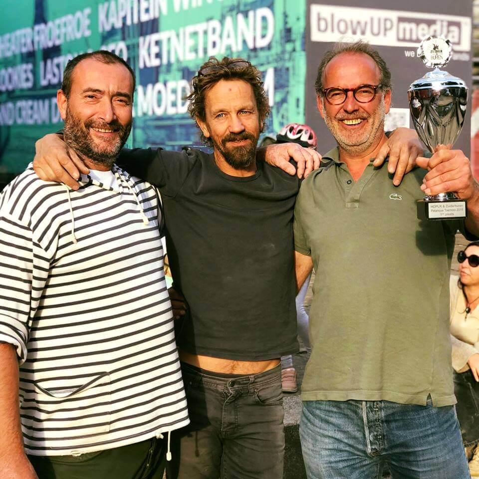 winnaars van het Hoplr-petanque-toernooi op Zuiderburen, een evenement voor Antwerpse buren, poseren voor de foto