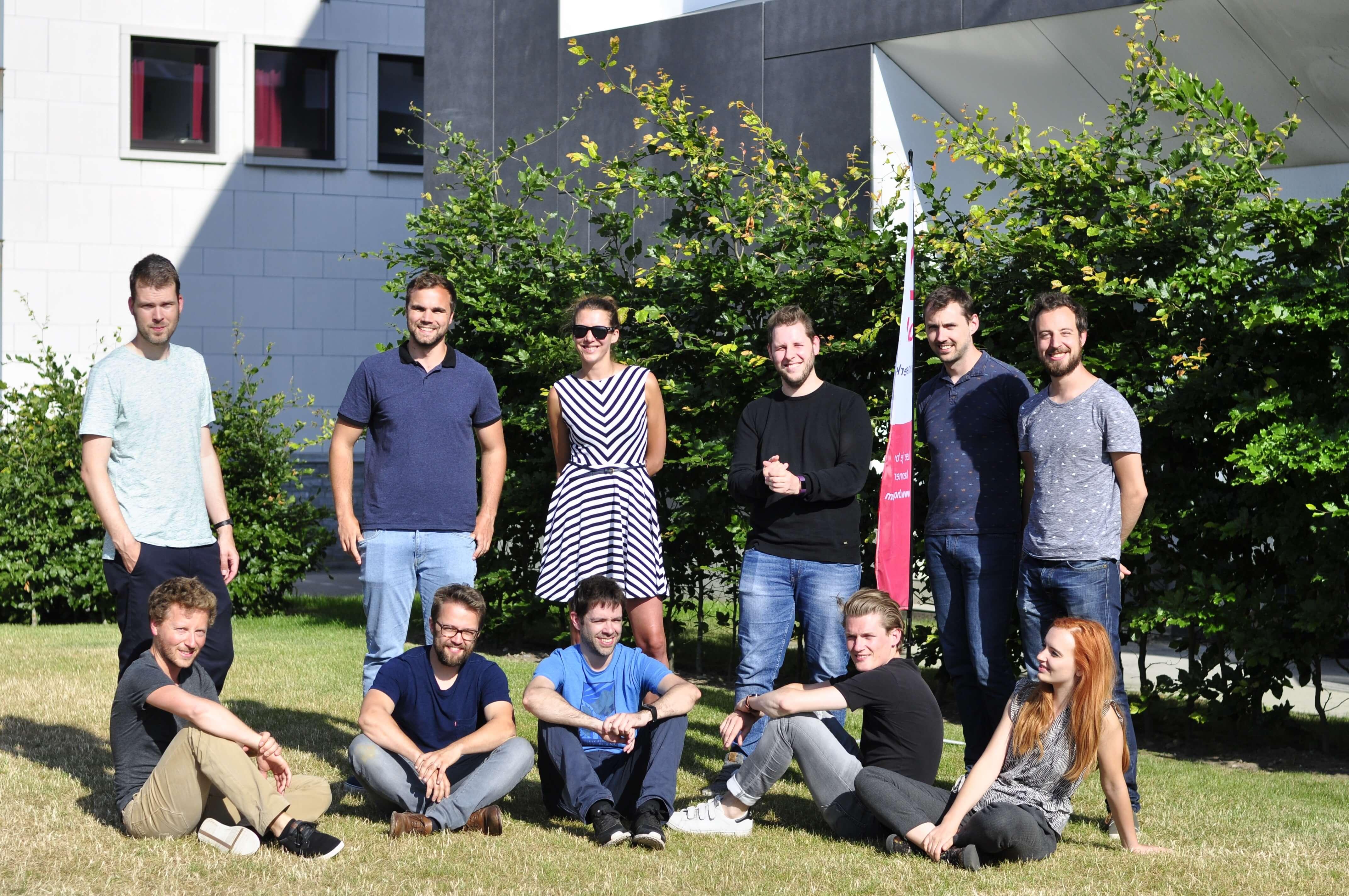 foto van team Hoplr voor het gebouw van Belfius/The Birdhouse