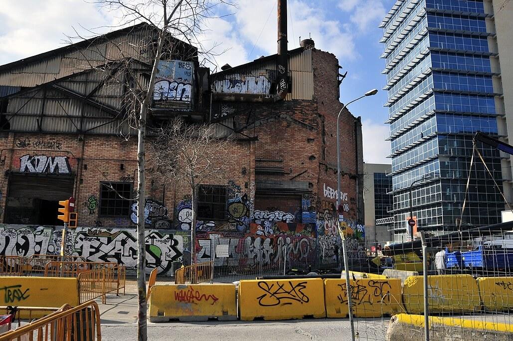 foto die het contrast tussen verval en modernisering in Barcelona aantoont