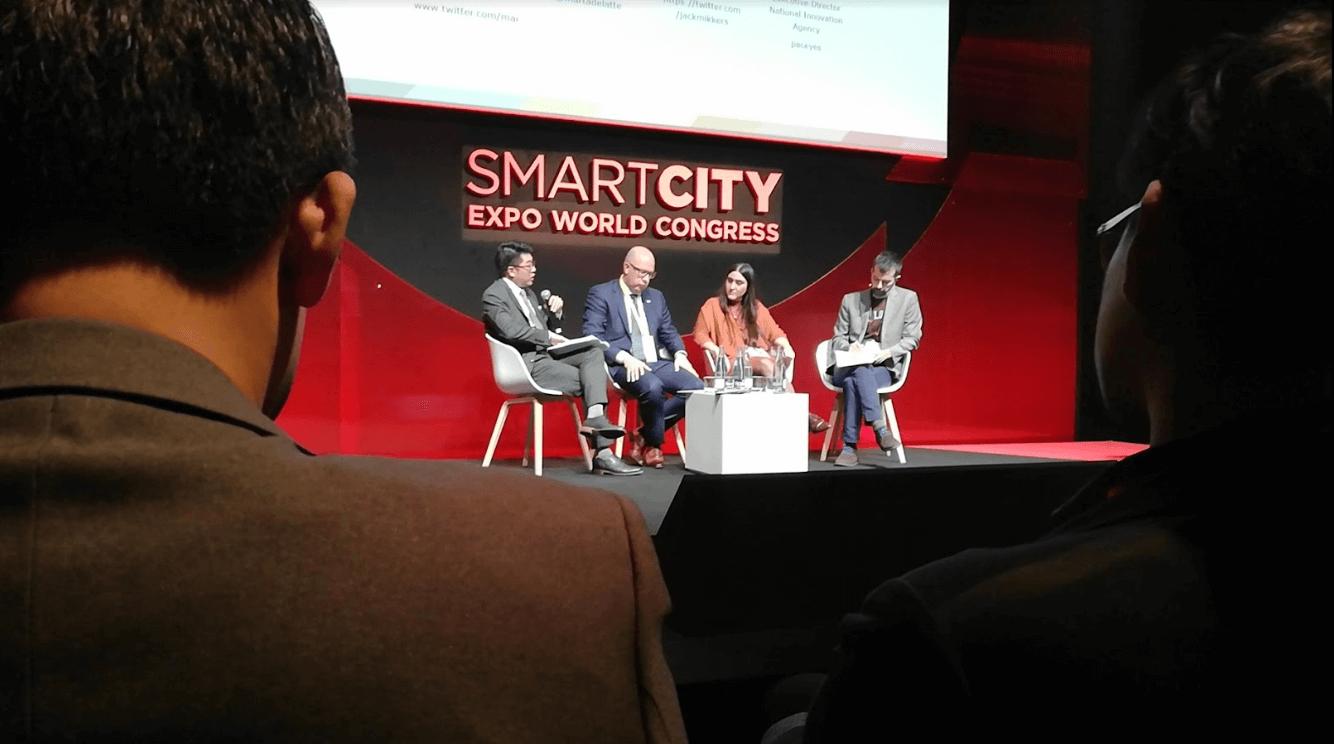 un nombre d'orateurs sur scène