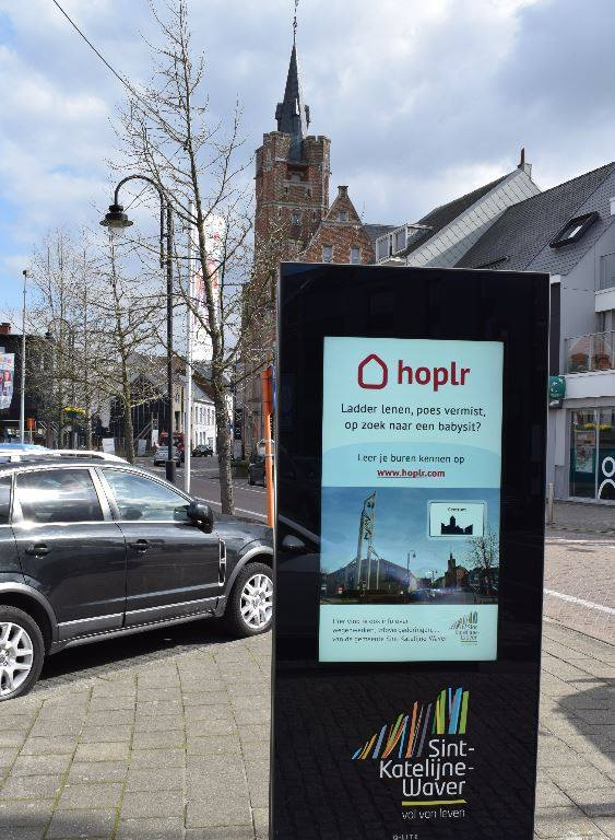 digital infopanel in the street with a Hoplr visual