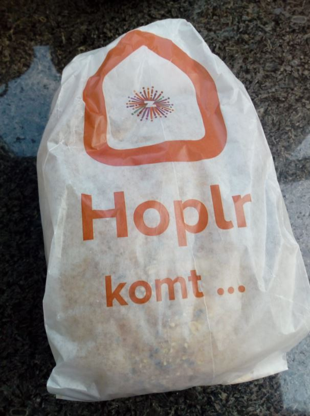 Bread bag with logo Hoplr and logo municipality of Zele and with 'Hoplr is coming' in Dutch written on it